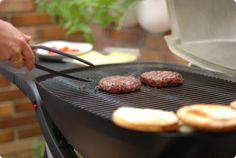 Hamburguesas caseras con ingredientes fáciles. El pan, también casero. ¡A cocinar!, hoy hamburguesas argentinas a la barbacoa.