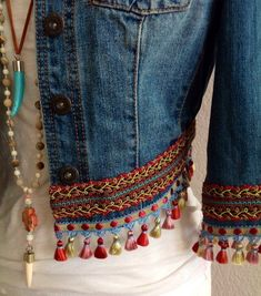 Mini irridescent multi colored tassels embellished boho chic bohemian inspired one of a kind upcycled eco friendly denim jacket Mini-irisierende / mehrfarbige Quasten, verziert, BoHo Chic, böhmisch inspiriert, einzigartig – Nevin Yıldız – Join the Bohemian Mode, Hippie Chic, Boho Chic, Bohemian Style, Bohemian Gypsy, Denim Fashion, Boho Fashion, Fashion Design, Bohemian Schick