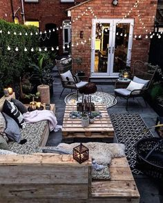 This is our idea of the perfect outdoor space! How cozy and cool does this look… This is our idea of the perfect outdoor space! 😍 How cozy and cool does this look? TAG a friend who will love this! Backyard Patio Designs, Backyard Landscaping, Garden Decking Ideas, Garden Lighting Ideas, Terrace Ideas, Cozy Backyard, Courtyard Ideas, Backyard Lighting, Terrace Garden