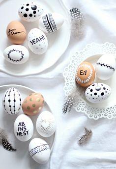 In weniger als 14 Tagen ist Ostern, eine wunderbarer Zeitpunktsich langsam um die Osterdekoration zu kümmern, oder? Ostereier bemalengehört ehrlich gesagt nicht unbedingt zu einer meiner Lieblingsbeschäftigungen – bunte Eier in grünen Nestern finde ich – wenn überhaupt – nur bei anderen hübsch, und mit den hart gekochten Exemplaren kann man mich garantiert in die...Weiterlesen »