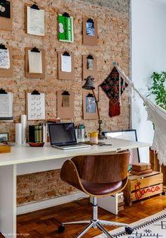 Esse ambiente de escritório em casa é um charme só: tijolinhos aparentes, mural com pranchetas, pallets reaproveitados e, pra completar: uma redinha pra hora do descanso.