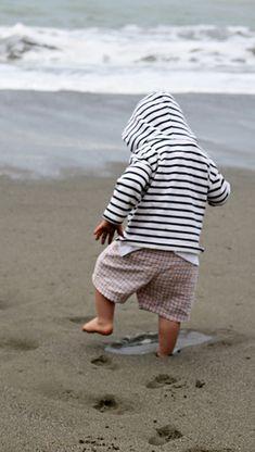 Kids Photography — 80 Beautiful Photographs Of Cute Kids [Karate Kid Meets Flying Mom] - APN Photography Cool Baby, Baby Love, Cute Kids, Cute Babies, Baby Kids, Beach Babies, Baby Beach, Beach Fun, Beach Walk