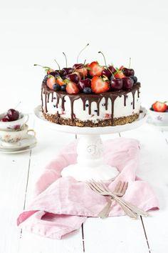 Wunderbare, wunderschöne Kühlschranktorte mit Beeren und Kirschen, eine Erdbeertorte für besondere Momente | www.backenmachtgluecklich.de