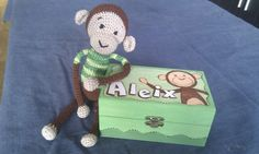 Mono ganchillo con caja pirografiada a juego