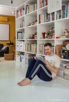 Piso de taco pintado de branco e estante de nichos com objetos, quadros e livros. Decoration, Bookcase, Sweet Home, Shelves, Flooring, Living Room, Interior Design, Bedroom, House Styles