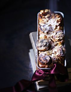 Joulupulla leivotaan vuokaan. Juhlava pulla saa makua mantelimassasta, kardemummasta ja kanelista. Christmas Baking, Christmas Cakes, Christmas Recipes, Food Styling, Acai Bowl, Gingerbread, Food And Drink, Breakfast, Sweet