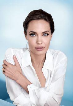 La superstar explique à Vanity Fair ses engagements humanitaires et évoque un inévitable avenir politique.