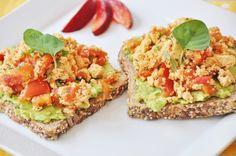 Spicy tofu scramble on avocado toast / Recipe