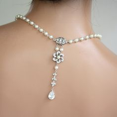 TWIST necklace. Classic pearl necklace with back drop