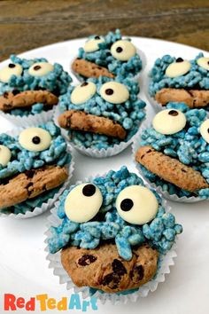 Red Ted Art's Cookie Monster Rice Crispy Treats! How cute are these Cookie Monsters? A fun treat for kids - make them just because, for a Monster Birtday Tea Party or for halloween baking! So fun (actually.. no baking needed!).... Crispy Treats Recipe, Crispy Cookies, Rice Crispy Treats, Yummy Cookies, Liquid Food Coloring, Blue Food Coloring, Monster Treats, Cookie Monster, Halloween Food For Party