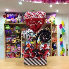 Caja de regalo con tapa decorada ❣️ una opción perfecta! Para esa persona especial ✨ #JoliandGift Balloon Box, Balloon Flowers, Balloon Bouquet, Valentine Baskets, Valentine Gifts, Valentine Ideas, Valentines Balloons, Candy Bouquet, Ideas Para Fiestas