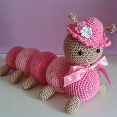 Tuto Amigurumi : La chenille – Tout sur le crochet et les Klicke um das Bild zu sehen. Tuto Amigurumi: The caterpillar – All about the hook and the – Crochet Baby Toys, Crochet Amigurumi, Crochet Food, Cute Crochet, Amigurumi Doll, Amigurumi Patterns, Crochet Dolls, Knit Crochet, Crochet Patterns