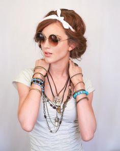 glamouröses Haaraccessoires schmückt lässige Frisuren mit Seitenscheitel