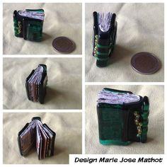 Miniatuur boekje van promotiemateriaal KB Atlas de Wit. Boekband is gefused glas, rug is leer met glazen rocailles.