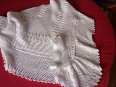 Impressive baby shawl ~~ Toquilla bebe: Toquilla de Noelia ~~ As nosas cousas: agullasepunteiros by Chacris Heirloom Sewing, Blanket Scarf, Knitted Blankets, Baby Dress, Baby Shawl, Knitting Patterns, Crochet, Sweaters, Stitches