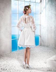 LULU: Vestido corto de brocado de algodón, acabado en una onda de macramé. Blusón con mangas largas transparentes http://www.villais.com/es/vestidos-de-novia-2016/cala/lulu/
