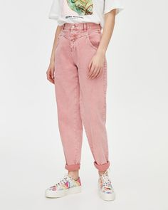 Pink gaucho-style jeans with a front yoke, belt loops at the waist, pockets and zip fly and top button fastening. Pink Jeans Outfit, Neon Pink Jeans, Jeans Outfit Winter, Gaucho, Pull & Bear, Basic Outfits, Retro Outfits, Rosa Jeans, Cheetah Print Outfits
