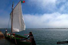 Un Moliceiro, un tipo de barco que recogía algas antaño y ahora da paseos y se le pinta la proa con viñetas o dibujos picantes... o vírgenes... Aveiro, Portugal.
