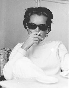Romy Schneider fumando con gafas de sol