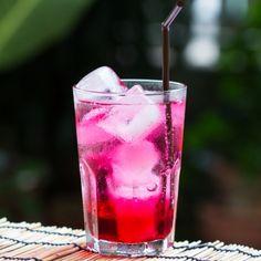 Višňový sirup je osviežujúci letný nápoj, ktorý si môžeme jednoducho pripraviť. Chuť sirupu podstatne zlepšíme, ak ho pomiešame s čerešňovým sirupom v pomere 1:1.