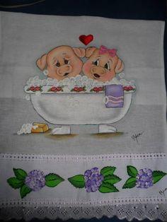 Que tal nós dois numa banheira de espuma??? Neste pano de prato pintado artesanalmente com tintas Acrilex e Acripuff para acabamento em alto relevo dando a aspecto tridimensional, o casal de porquinhos sapecas estão se divertindo num delicioso banho de espuma, apaixonados e relaxada. Na barra, algumas hortênsias para enfeitar. Uma graça! R$ 17,00