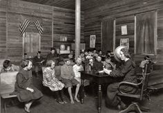 This picture was taken in West Virginia in 1921 and shows a one room school house. Remember the pic we have of the kids outside the one room school house? This is what it must have looked like inside. Old School House, School Days, School Memories, School Stuff, High School, Old Pictures, Old Photos, Vintage Photos, Victorian Photos