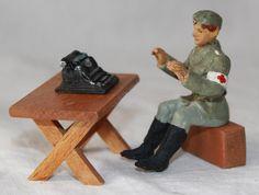 Alter Massesoldat am Tisch mit Schreibmaschine sitzend. Wohl Elastolin | eBay