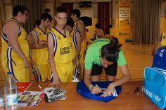 Els nostres van demanar firmes i fotos a Maria Pina 77