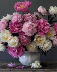 Happy fathersday and sunday from my home to yours. Summer hot day in Amsterdam. White and pink peonies solo on stage. Only a few more weeks… Flowers Nature, Fresh Flowers, Beautiful Flowers, Beautiful Flower Arrangements, Floral Arrangements, Pink Peonies, My Flower, Beautiful Gardens, Tulips