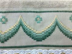 Risultati immagini per rose au bargello avec bordure ouvrageé Bargello Needlepoint, Broderie Bargello, Types Of Embroidery, Learn Embroidery, Embroidery Thread, Embroidery Patterns, Cross Stitch Borders, Cross Stitch Patterns, Swedish Weaving