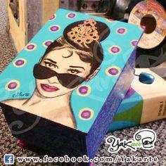 Audrey Hepburn Caja Mágica Musical Pintada a Mano www.facebok.com/Yakarte