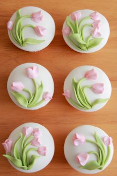 Unos cupcakes muy bonitos, con una clara intención: alegrar ese día tan especial a todas las madres.           Podéis utilizar cualquiera de... Fondant Flower Tutorial, Fondant Flowers, Sugar Flowers, Fondant Cupcakes, Cupcake Cookies, Flower Cookies, Easter Cookies, Cake Decorating Tips, Cookie Decorating
