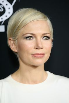 Michelle Williams Short Side Part - Michelle Williams attended the premiere of 'Manchester by the Sea' wearing her signature short side-parted cut. Michelle Williams Pixie, Michele Williams, New Hair, Your Hair, Short Hair Cuts, Short Hair Styles, Actrices Hollywood, Hair Color And Cut, Pixie Hairstyles