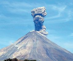 There are 17 volcanoes currently erupting around the world! The volcanic unrest continue as testified by new data from the Smithsonian Insitute. Cool Landscapes, Beautiful Landscapes, Mexico People, Fuerza Natural, Erupting Volcano, Lava Flow, Active Volcano, Sunset Landscape, Mexico Travel