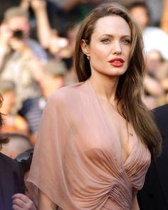 Hot Photo Gallery Of Anjelina Jolie (Exclusive) - Hot Collections Angelina Jolie Quotes, Angelina Jolie Young, Angelina Jolie Makeup, Angelina Jolie Pictures, Hollywood Celebrities, Hollywood Actresses, Beautiful Celebrities, Most Beautiful Women, Lara Croft Angelina
