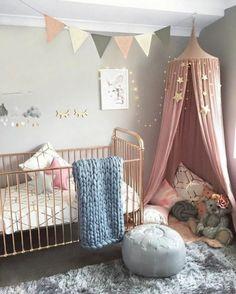 Chambre Grise Et Rose, Lit Bébé Avec Cadre Cuivré, Guirlande Lumineuse,  Peinture Murale