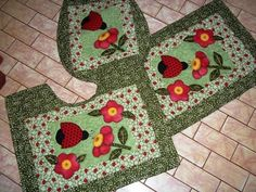 Joaninha! Tree Skirts, Diy And Crafts, Patches, Christmas Tree, Quilts, Holiday Decor, Couture, Homemade Rugs, Handmade Bags