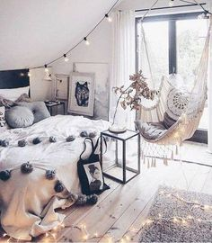 Je sais pas vous...mais moi cette #chambre à l'allure bohème & sa chaise hamac m'inspirent...