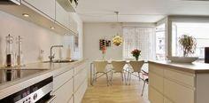 Un apartamento en blanco y lleno de muebles de diseño