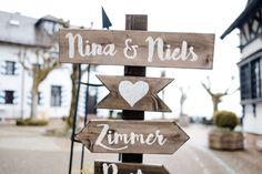 DIY Holzschild als Wegweiser bei der Hochzeit von Nina & Niels auf Burg Windeck. Foto: Stephan Presser