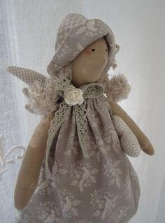 *Süsser Sommerengel mit großem Herzen* Das Engelchen geschmückt mit Hut, Kleid und Hose aus wunderschönen Tilda Stoffen hat ein kleines und ein großes Herz dabei. Auf dem großen Herz sitzt fest...
