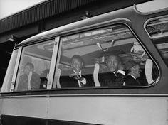 Ônibus da Seleção Brasileira chega a Manchester para partida da Copa do Mundo de 1966; Djalma Santos aparece sentado na janela, no primeiro banco (à dir.), à frente de Pelé Foto: Getty Images