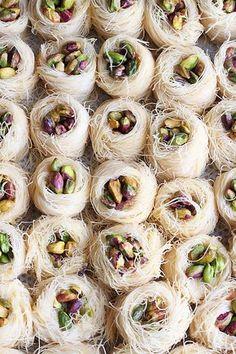 Encore une nouvelle recette de pâtisserie orientale à base de kadaif. Une gourmandise toute simple et divinement délicieuse juste garnie d...