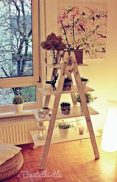 Man nehme: alte Holzleiter weiße Farbe (Lack oder Holzfarbe) 4 unterschiedlich große Holzbretter Nägel Hammer Die Hol...
