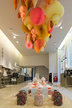 Noel hiver 2015 7 Plus Christmas Window Decorations, Paper Decorations, Christmas Windows, Visual Merchandising, Chic Shop, Kids Boutique, Pop Up Shops, Kids Store, Retail Design