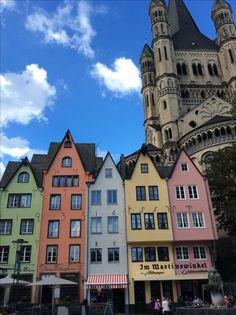 Bord du Rhin près de la cathédrale de Cologne avec maisons de l'ancienne ville