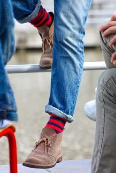 Desert boots paired with striped socks. bt-style-for-him Mode Masculine, Sharp Dressed Man, Well Dressed, Fashion Moda, Mens Fashion, Style Fashion, Fashion Guide, Fashion Ideas, Street Style Vintage