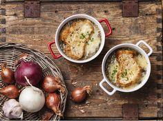 I consigli e la ricetta per preparare una deliziosa zuppa di cipolle secondo la tradizione francese.