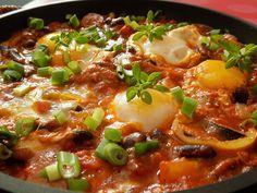 Cibuli a česnek nakrájíme na drobno, slaninu na kostky. Slaninu opečeme na oleji, přidáme cibuli a po zrůžovění i česnek.Klobásky nakrájené na... Czech Recipes, Ethnic Recipes, Vegetable Recipes, Cheeseburger Chowder, Chili, Beans, Food And Drink, Vegetables, Cooking