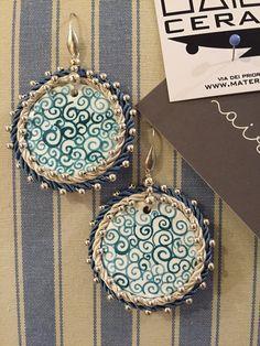 Orecchini in ceramica dipinta a mano, passamanerie e dettagli di pregio. #jewels #handmade #customized